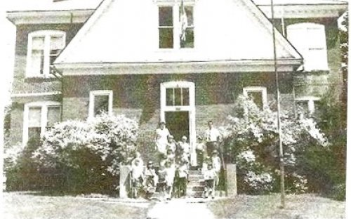 Picture of Great Valley School with Kindergarten Students on Steps